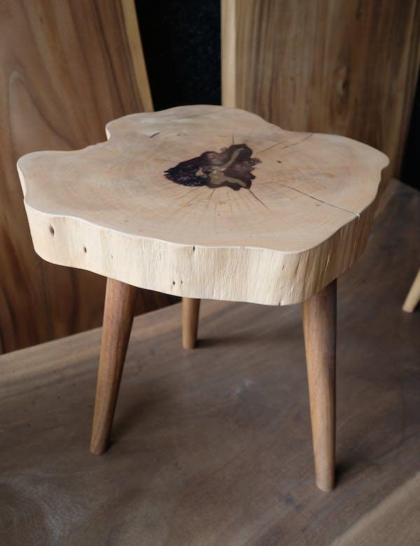 jasny stolik z plastra drewna